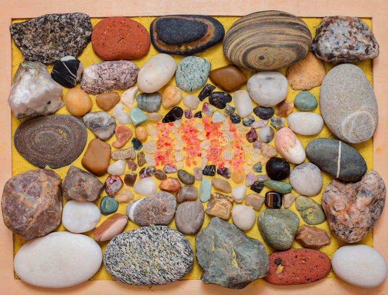 Cailloux, sable, pierres colorées et cristaux de sel de mer images stock