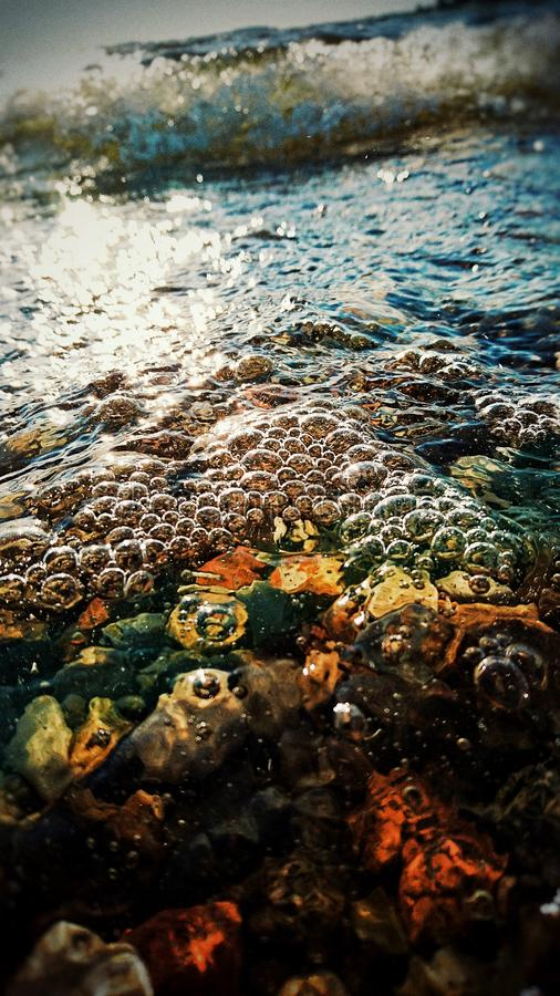 Cailloux sous l'eau photos libres de droits
