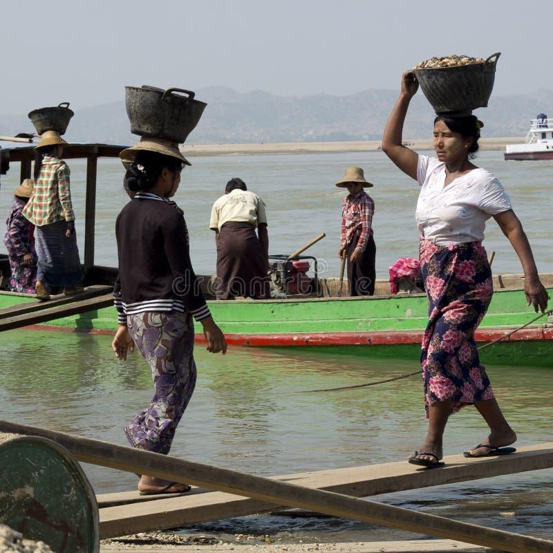 Cailloux sur les têtes des femmes birmannes images libres de droits