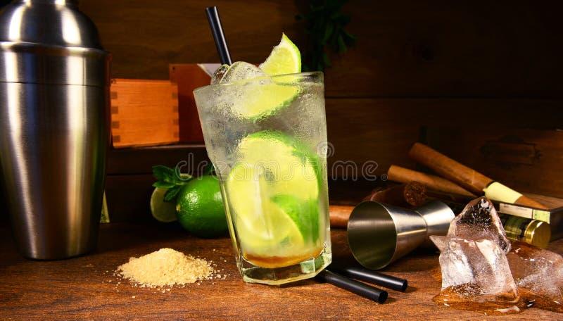 Caipirinha-Cocktail mit Zigarren stockfotos