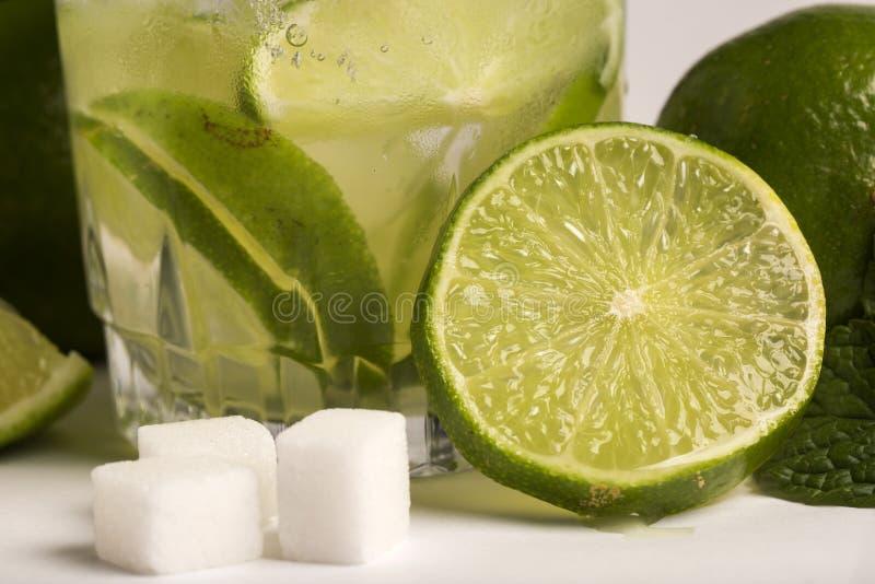 Caipirinha - cocktail nacional brasileiro do ` s feito com cachaca, SU imagens de stock