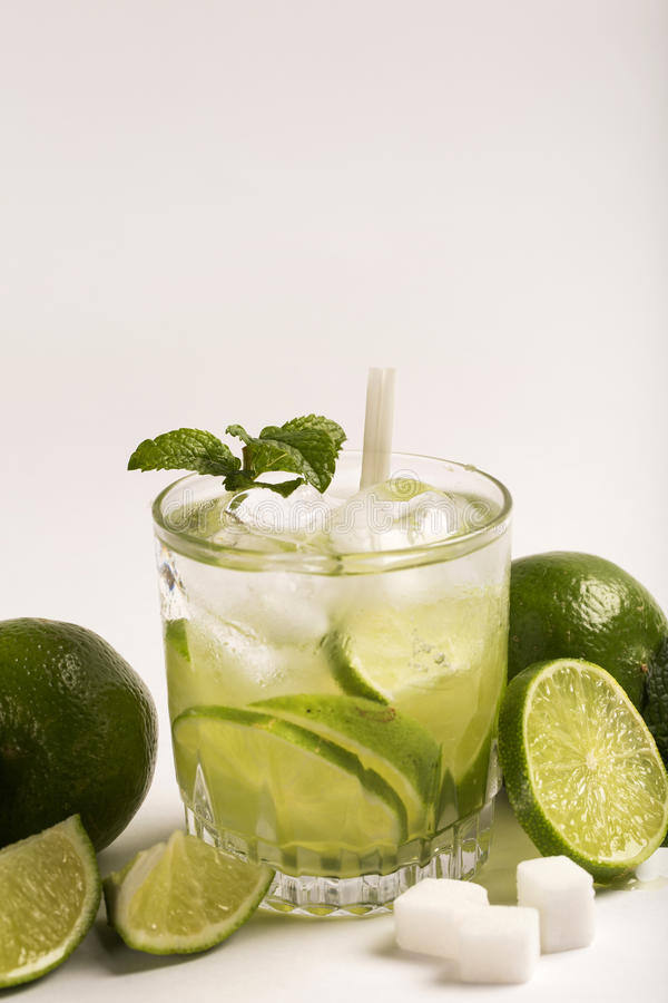 Caipirinha - cocktail nacional brasileiro do ` s feito com cachaca, SU imagens de stock royalty free