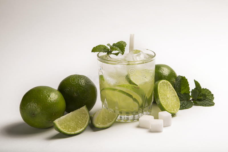 Caipirinha - cocktail nacional brasileiro do ` s feito com cachaca, SU fotografia de stock