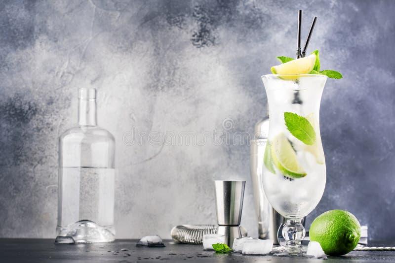 Caipirinha do cal, cocktail alcoólico brasileiro clássico com o cachasa da vodca do bastão, xarope de açúcar, suco de lima e gelo imagem de stock royalty free