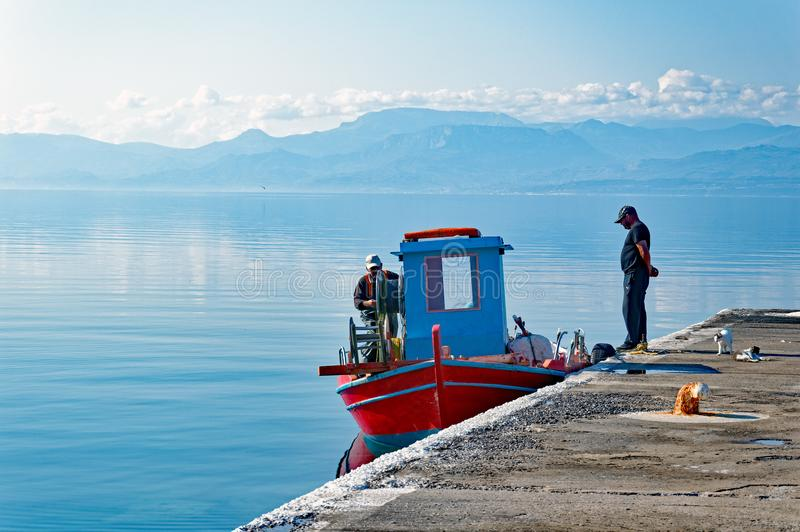 Caique grego da pesca no porto da cidade, Grécia fotos de stock royalty free