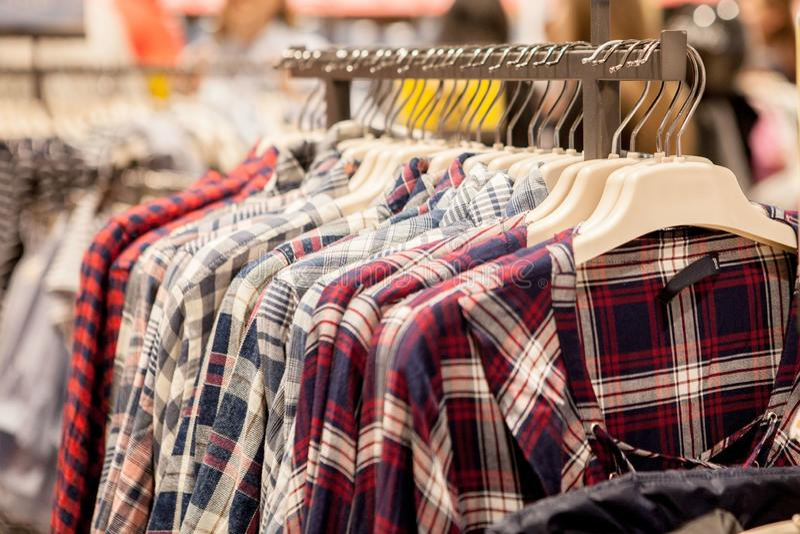 Cair da roupa em uma prateleira Ganchos de pano com camisas Roupa ? moda do ` s dos homens fotografia de stock royalty free