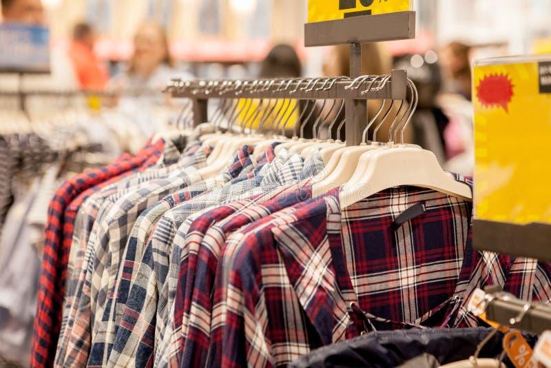 Cair da roupa em uma prateleira Ganchos de pano com camisas Roupa ? moda do ` s dos homens imagens de stock royalty free