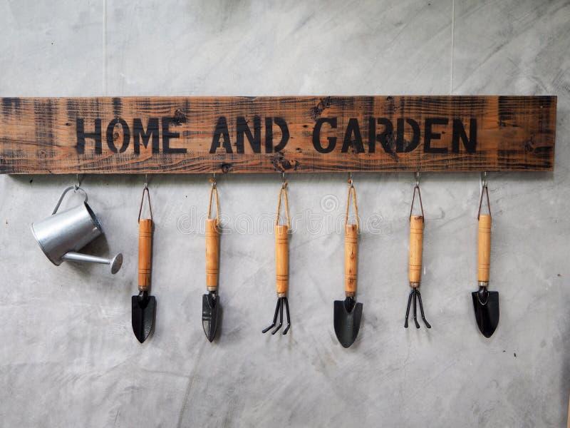 Cair das ferramentas de jardinagem no muro de cimento foto de stock