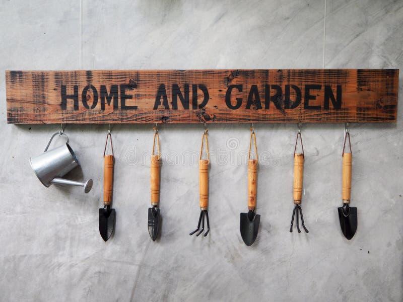 Cair das ferramentas de jardinagem no muro de cimento fotos de stock