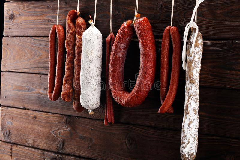 Cair das salsichas de uma cremalheira no mercado Estilo da obscuridade do país Traditi imagens de stock royalty free