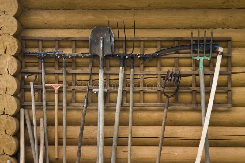 Cair de trabalho da ferramenta de jardim na parede imagens de stock