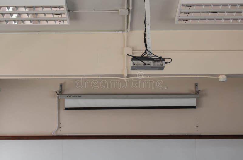 Cair do projetor no teto na sala de reunião foto de stock
