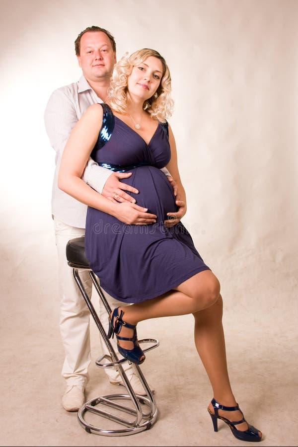 Cair no amor é um homem e uma mulher imagens de stock