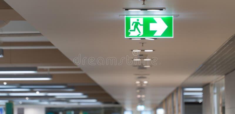Cair verde do sinal do escape de fogo no teto no escritório fotografia de stock royalty free