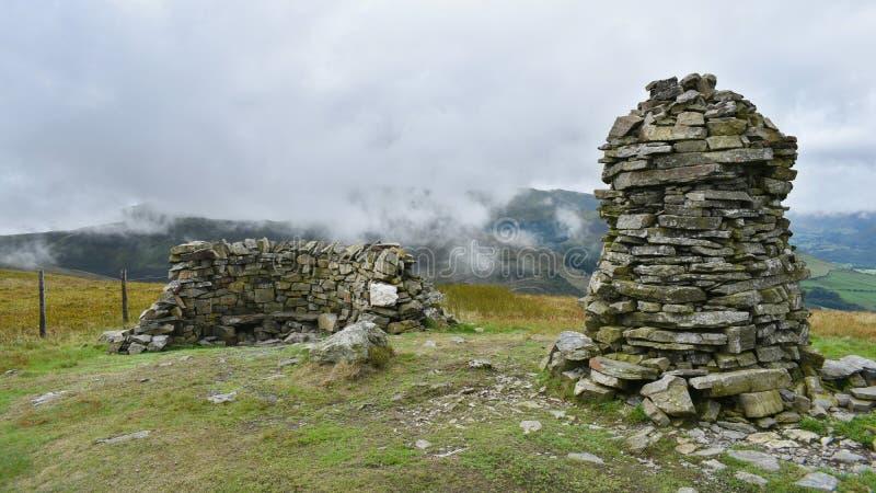 Caire et abri du sommet sur Broom Fell, Lake District photographie stock libre de droits