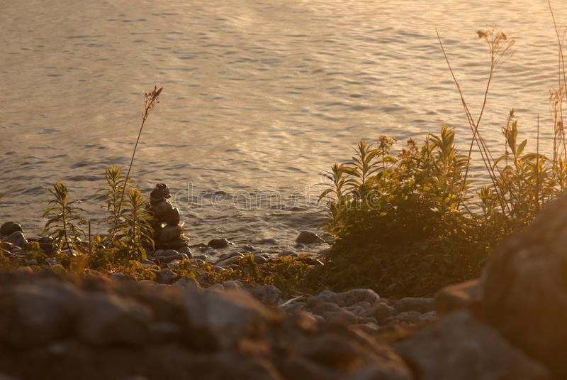 Cairn de lever de soleil sur le rivage du lac Michigan photo stock