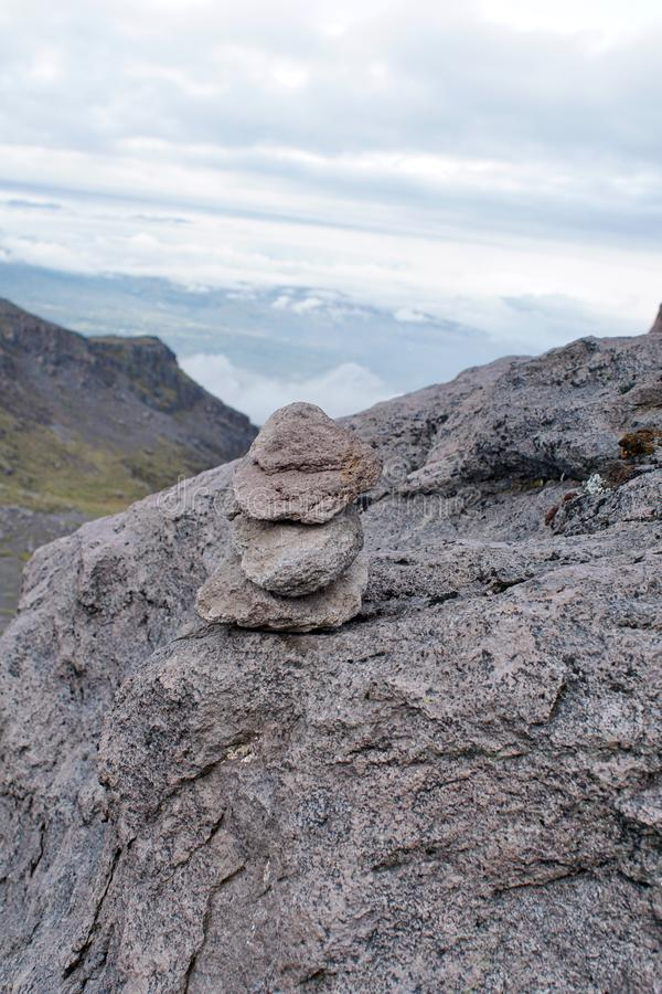 Cairn della roccia sul vulcano di Cayambe immagini stock
