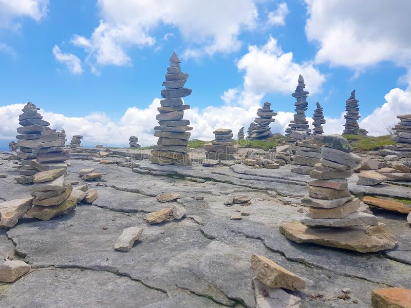 cairn ( Inukshuk rocks) alla cima della montagna di Rhune della La in Pirenei atlantici Frontiera fra la Spagna e la Francia immagine stock
