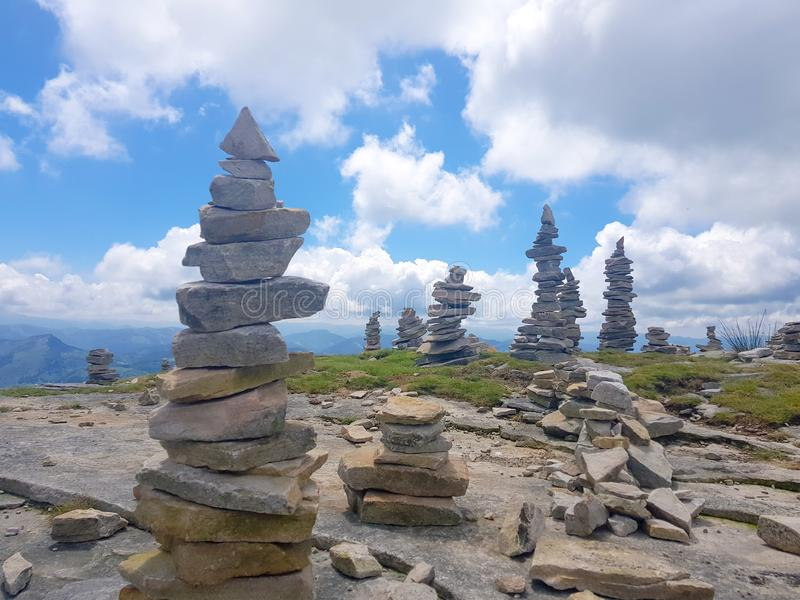 cairn ( Inukshuk rocks) alla cima della montagna di Rhune della La in Pirenei atlantici Frontiera fra la Spagna e la Francia fotografie stock libere da diritti