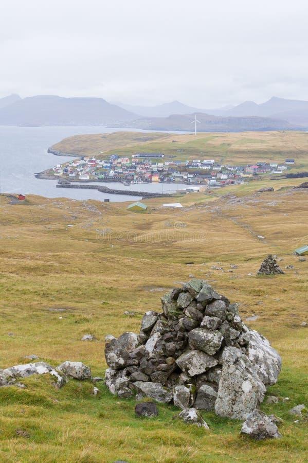 Cairn marquant le sentier de randonnée sur Nolsoy, les Iles Féroé images stock
