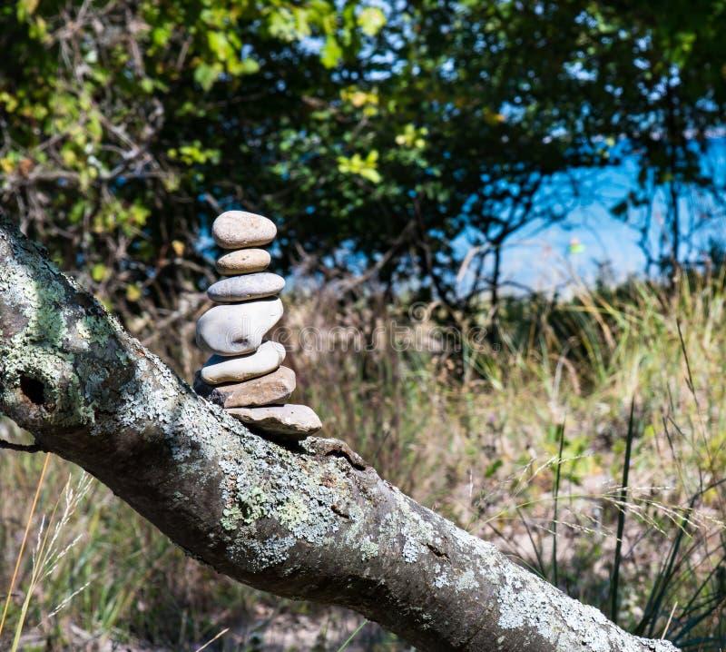 Cairn ou pile de sept pierres marquant la traînée image libre de droits