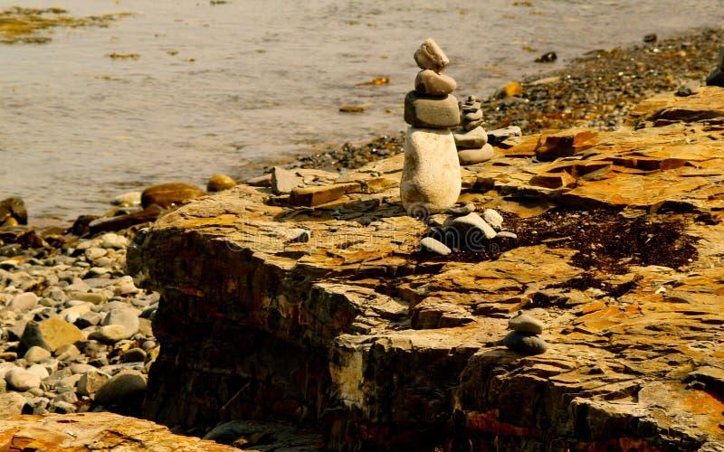 Cairn su Rocky Coast immagini stock