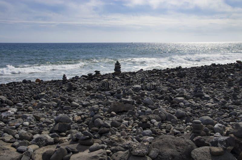 Cairn su una spiaggia rocciosa fotografia stock libera da diritti