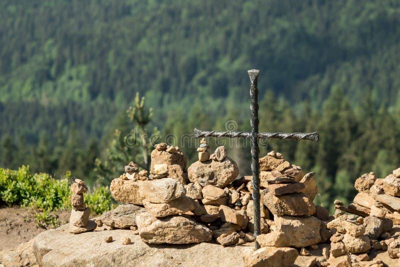 Cairn sur un sommet avec une croix photos libres de droits