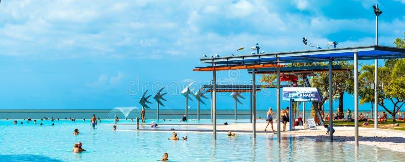CAIRNS, AUSTRALIË - NOVEMBER 11, 2018: Verbluffende openbare zwembad stock foto's