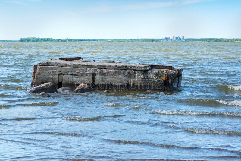 Cais arruinado no mar fotografia de stock