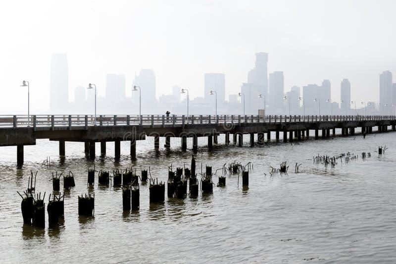 Cais com vistas da cidade imagem de stock