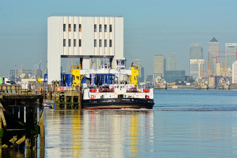 Cais da balsa, Woolwich sul, rio Tamisa, LONDRES, Reino Unido fotos de stock royalty free