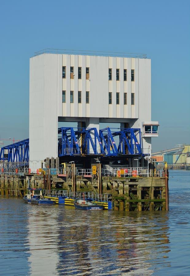 Cais da balsa, Woolwich sul, rio Tamisa, LONDRES, Reino Unido imagens de stock