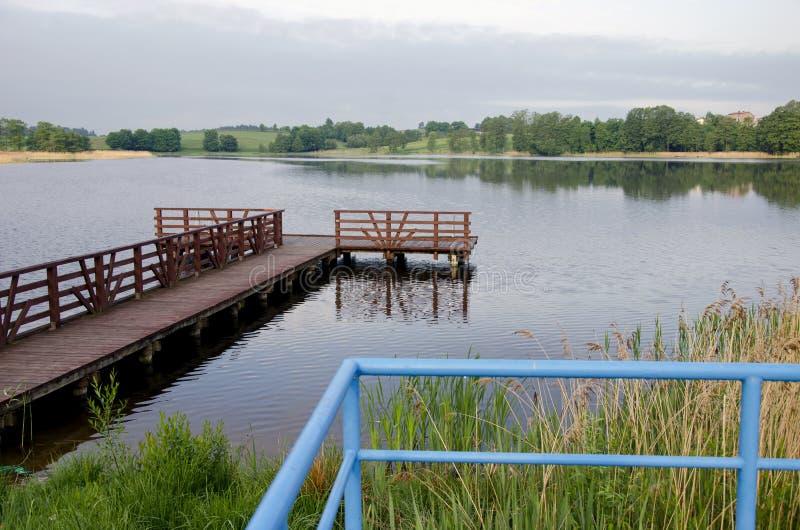 Cais da ponte de madeira no lago do recurso fotos de stock royalty free