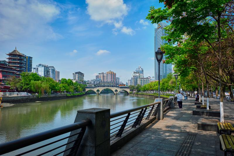 Cais da terraplenagem do rio de Jin em Chengdum China imagem de stock