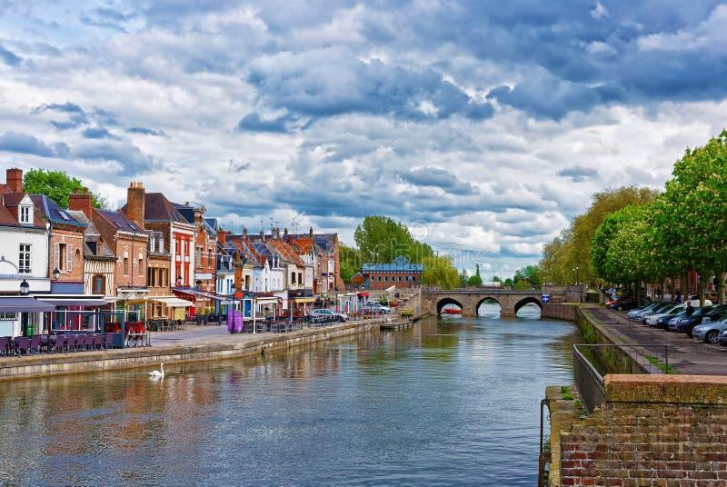 Cais de Belu com casas e o Rio Somme tradicionais em Amiens imagens de stock