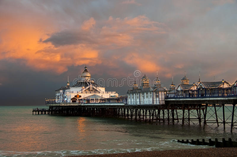 Cais de Eastbourne no por do sol fotografia de stock royalty free