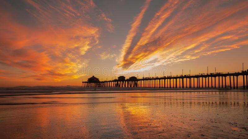 Cais de Huntington Beach no por do sol Por do sol alaranjado brilhante do inverno foto de stock royalty free