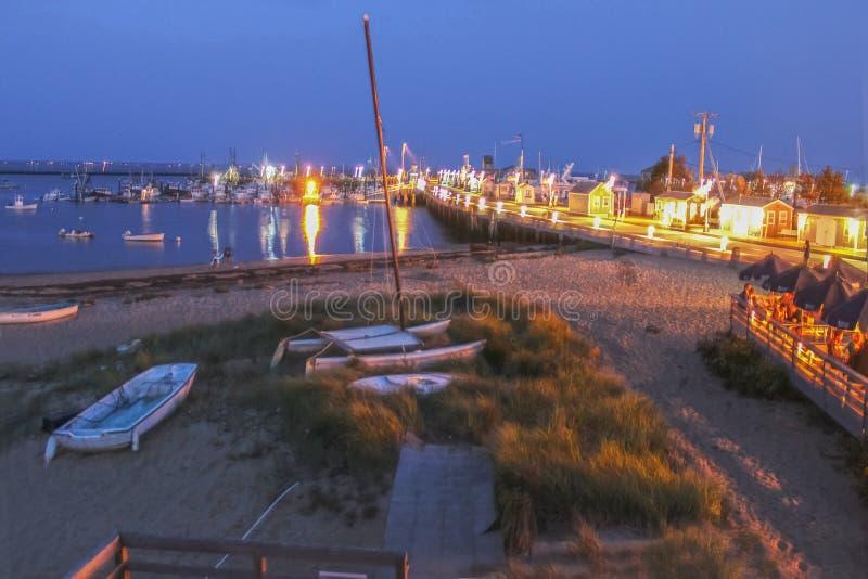 Cais de MacMillan na ponta de Cape Cod EUA na noite - um cubo ocupado para a pesca e as balsas - com os turistas na plataforma de fotos de stock royalty free