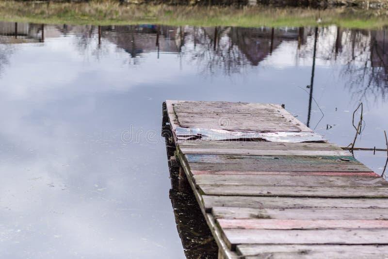 Cais de madeira abandonado velho da pesca no rio no campo fotografia de stock royalty free