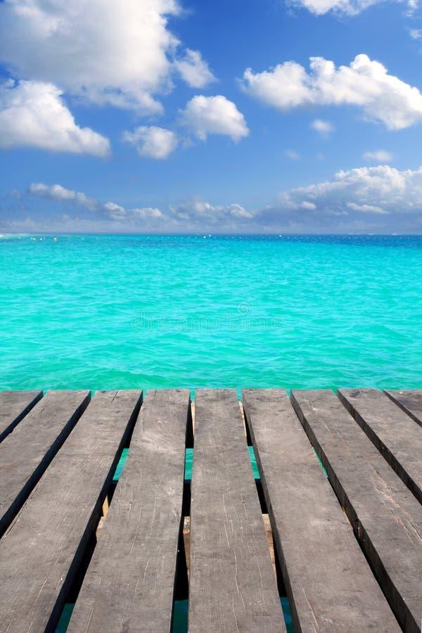 Cais de madeira do Cararibe com o mar do aqua de turquesa imagens de stock