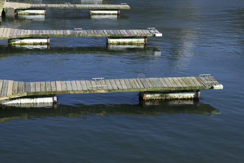 Cais de madeira do molhe do pontão para o porto da amarração do barco no mar fotografia de stock royalty free