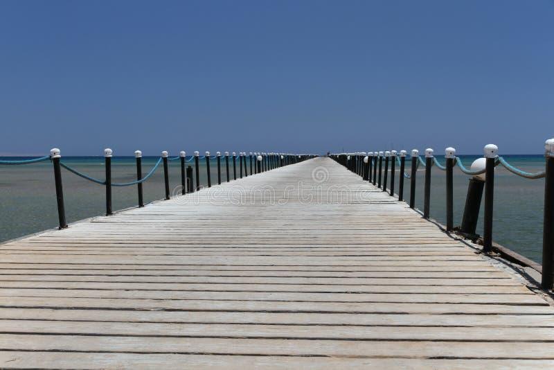 Cais de madeira na costa da praia coral do Mar Vermelho em Hurghada imagem de stock royalty free