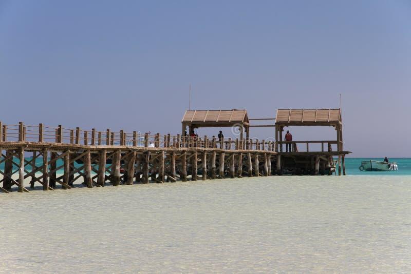Cais de madeira na ilha de Paradise e em um barco foto de stock