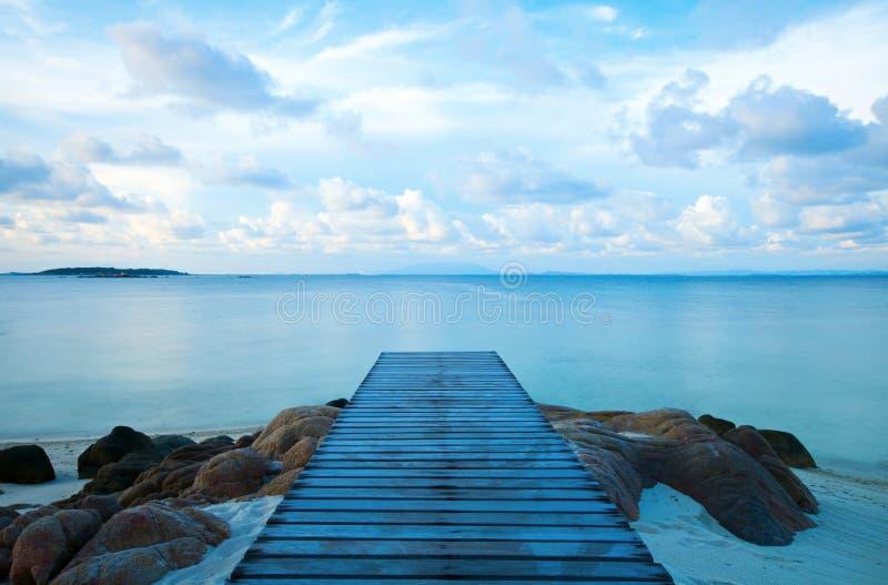 Cais de madeira na praia fotografia de stock