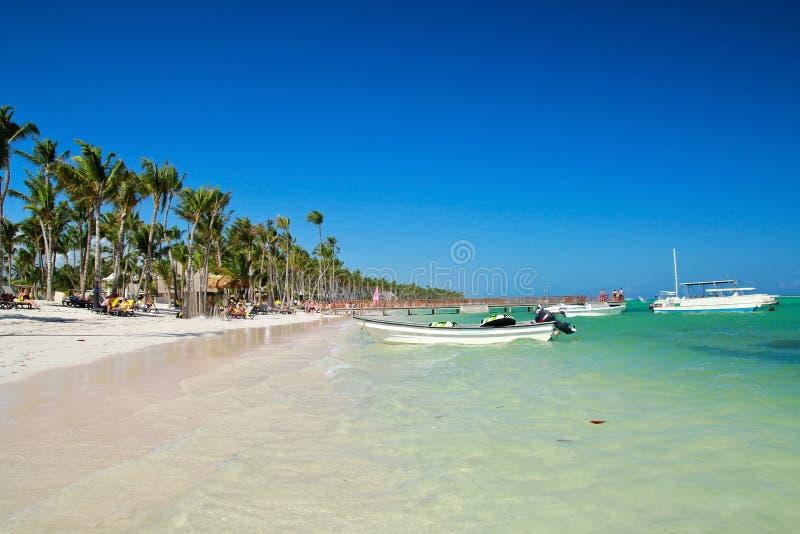 Cais de madeira na praia do mar do Cararibe foto de stock royalty free