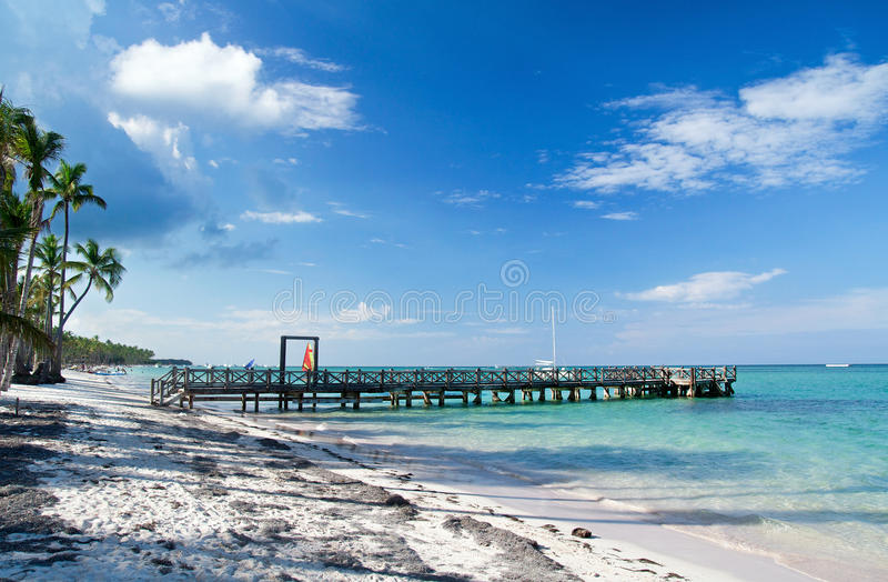 Cais de madeira na praia tropical fotografia de stock royalty free