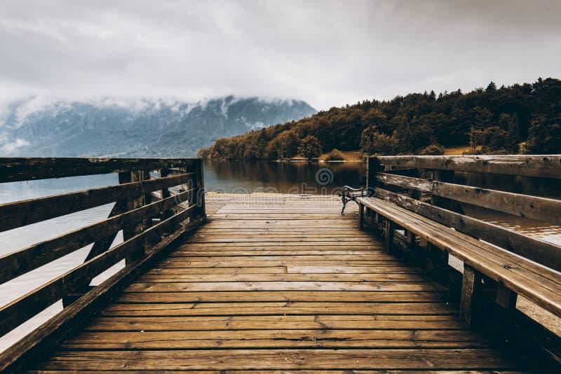 Cais de madeira no lago do outono, cores da queda imagens de stock royalty free