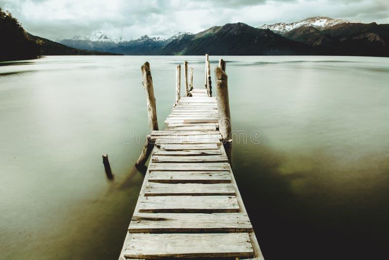 Cais de madeira no lago patagonian foto de stock