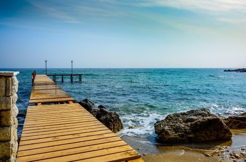Cais de madeira no mar fotos de stock royalty free
